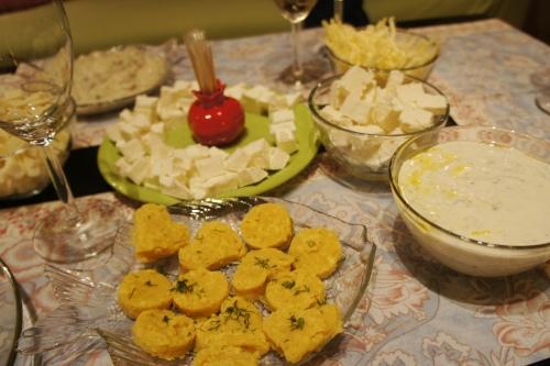 Баклажаны (справа) были чудесны! И как отдельная закуска со свежей лепешкой, и как соус к мясу.