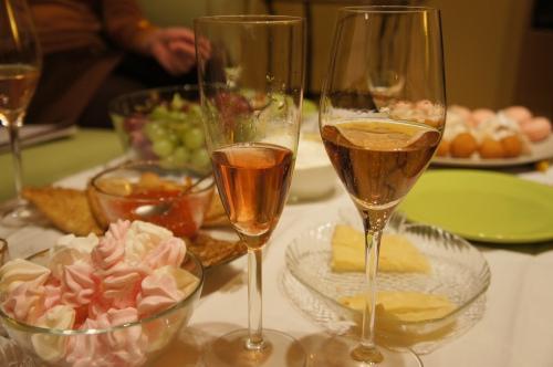 Вот какое разное по цвету бывает шампанское. Справа налито в бокал от Шпигелау