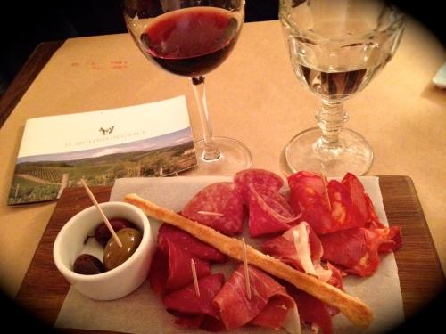 На закуску к Il Volano подали салями, хамон и оливки